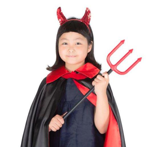 フォークを持った悪魔コスプレの女の子